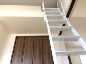 ロフトに上がるはしごの写真